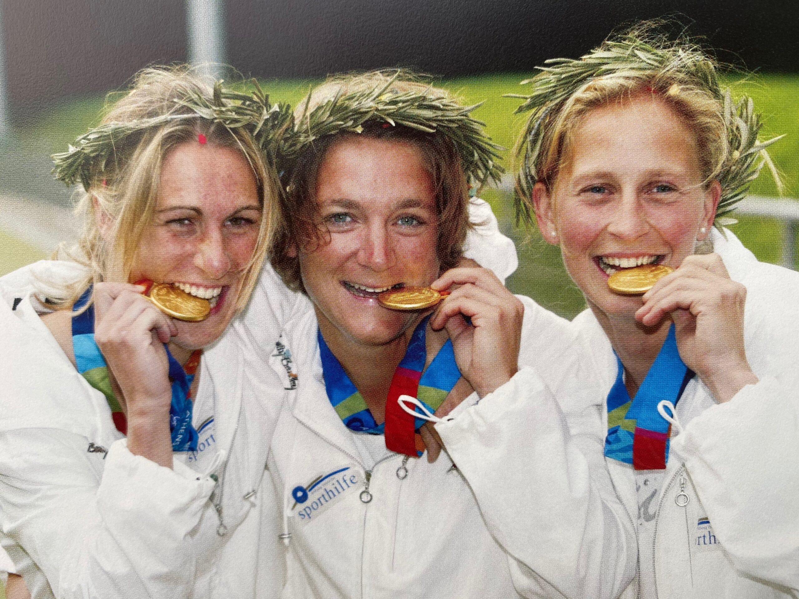 2004  Die Rot-Weiss Damen Franzi Gude, Heike Lätsch und Marion Rodewald gewinnen bei den Olympischen Spielen in Athen die Goldmedaille
