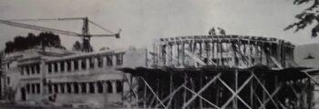 """1954 Bau eines neuen Clubhauses mit großzügigem """"Rondell"""" sowie der ersten eigenen Clubtennishalle Deutschlands (heutige Hockeyhalle)"""