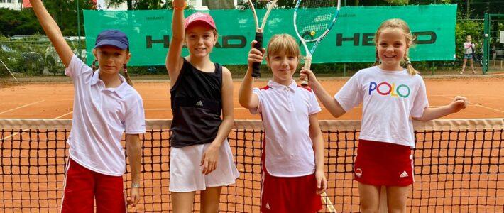 Tennis-Midcourt-Mädchen mit gelungenem Saisondebut